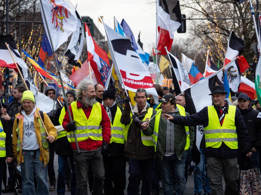 60 - 70 Reichsbürger marschierten am 7.12.19 durch das Brandenburger Tor